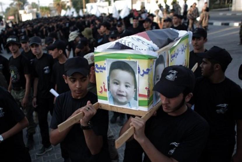 Warga Palestina membawa keranda yang dipasang foto balita Ali Dawabsheh, yang tewas saat rumah orangtuanya dibakar militan Yahudi di Khan Younis, Gaza.