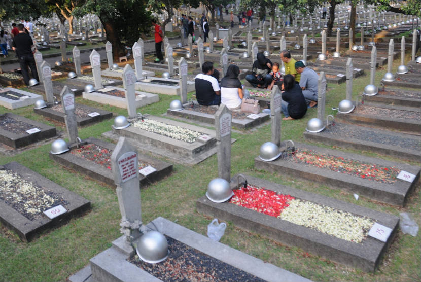https://i0.wp.com/static.republika.co.id/uploads/images/inpicture_slide/warga-peziarah-berdoa-di-taman-makam-pahlawan-tmp-_120716195732-705.jpg