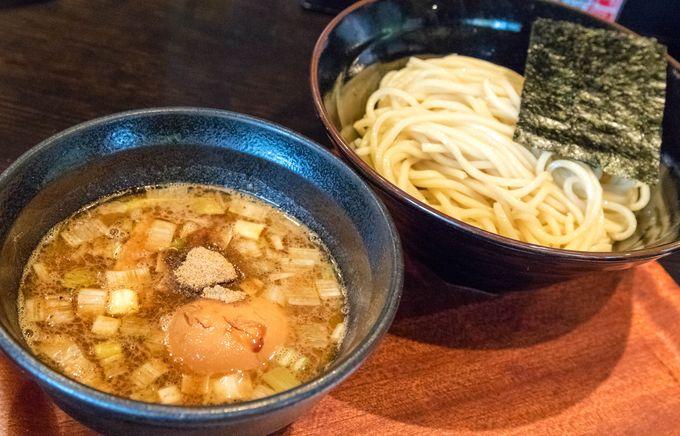 東京では当たり前となった魚介豚骨つけ麺ですが、仙台でそれが食べられるところはまだまだ少ない。そんな貴重なラーメン店がこちらです。コクのある動物系スープと魚介のバランスが非常によく、時折無性に食べたくなるような中毒性のある味わいが特徴的。このスープに合わせるモッチリ自家製麺はそれだけで食べても美味しく、しっかりとした存在感が光ります。そんな自慢の麺をお腹いっぱい食べてほしいという想いからか大盛りは無料、更につけ汁の中にはチャーシューなどもたっぷり入って大食漢でも満足できること間違いなし。