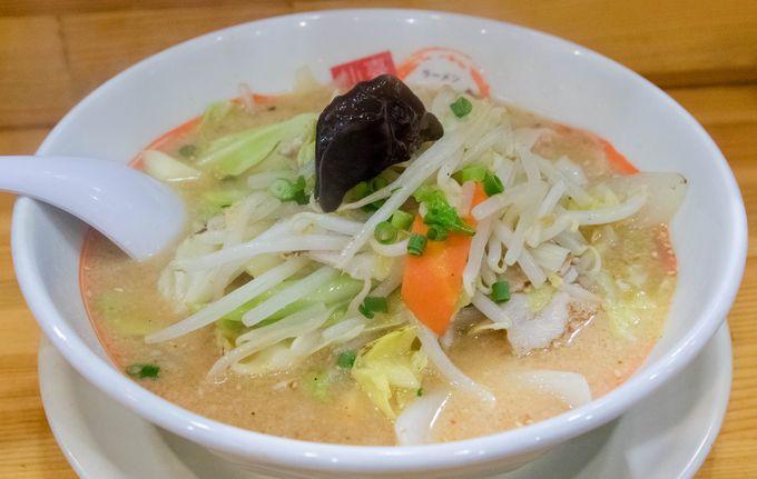 仙台市内で店舗展開している、味噌ラーメンメインの人気ラーメン店です。非常に多くのメニューが揃う中、迷ったらまず写真の「野菜みそラーメン」を食べてほしいとのこと。その名前通りたっぷりの野菜が盛られており、日々の生活で不足しがちな野菜を手軽に補うことができます。スープは適度に濃厚で決してくどくなく、後口は思ったよりさっぱり。比較的若いお客さんが多いような気がしますが、老若男女みんなに好まれる味だと個人的には思います。サイドメニューの餃子も人気のようで、腹ペコの方には半ライスもつくセットがオススメ。
