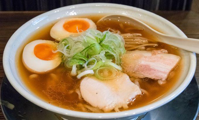 素材や調味料を徹底的に吟味し、完全無化調で作るラーメンが自慢という仙台屈指の人気ラーメン店です。それらの長所を上手く引き出し、バランスよく合わせたスープは絶品の一言。あっさりながら物足りなさなど微塵も感じさせず、奥行きのある味わいがたまらない。東京の人気ラーメン店から取り寄せるという縮れ麺との相性も抜群、更にトッピングに至るまで一切手抜かりはなく、細部までこだわり抜いたラーメンは絶対に食べる価値あり。他にも鶏白湯ラーメンや限定ラーメンなど、多彩なメニュー構成でお客さんを飽きずに楽しませてくれます。