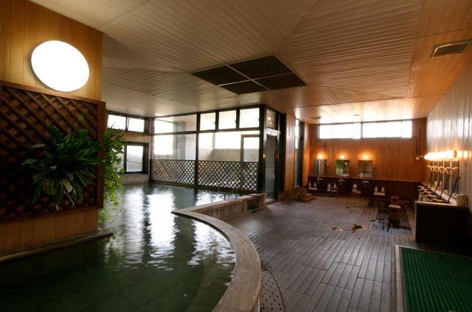 大浴場 桜湯は桧風呂となっています。源泉100%の贅沢な湯ぶねにゆったり浸かれるなんて!