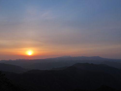 標高608.5mの山頂からは遠山に初日の出を臨むことができる。