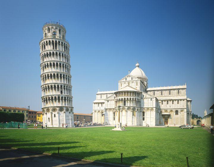 その傾きが魅力的。イタリア観光の定番「ピサの斜塔」の魅力に迫る。