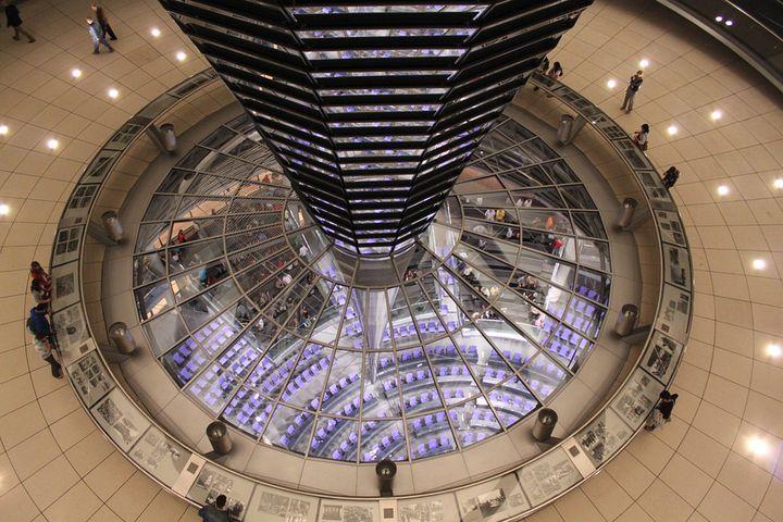 まるで宇宙船!明治27年築「ドイツ連邦議会議事堂」ガラスドームが人気