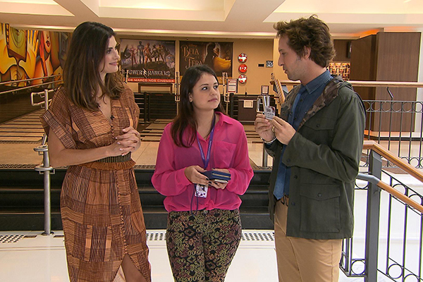 Arlindo Grund e Isabella Fiorentino abordam a participante Jennifer Gonçalves