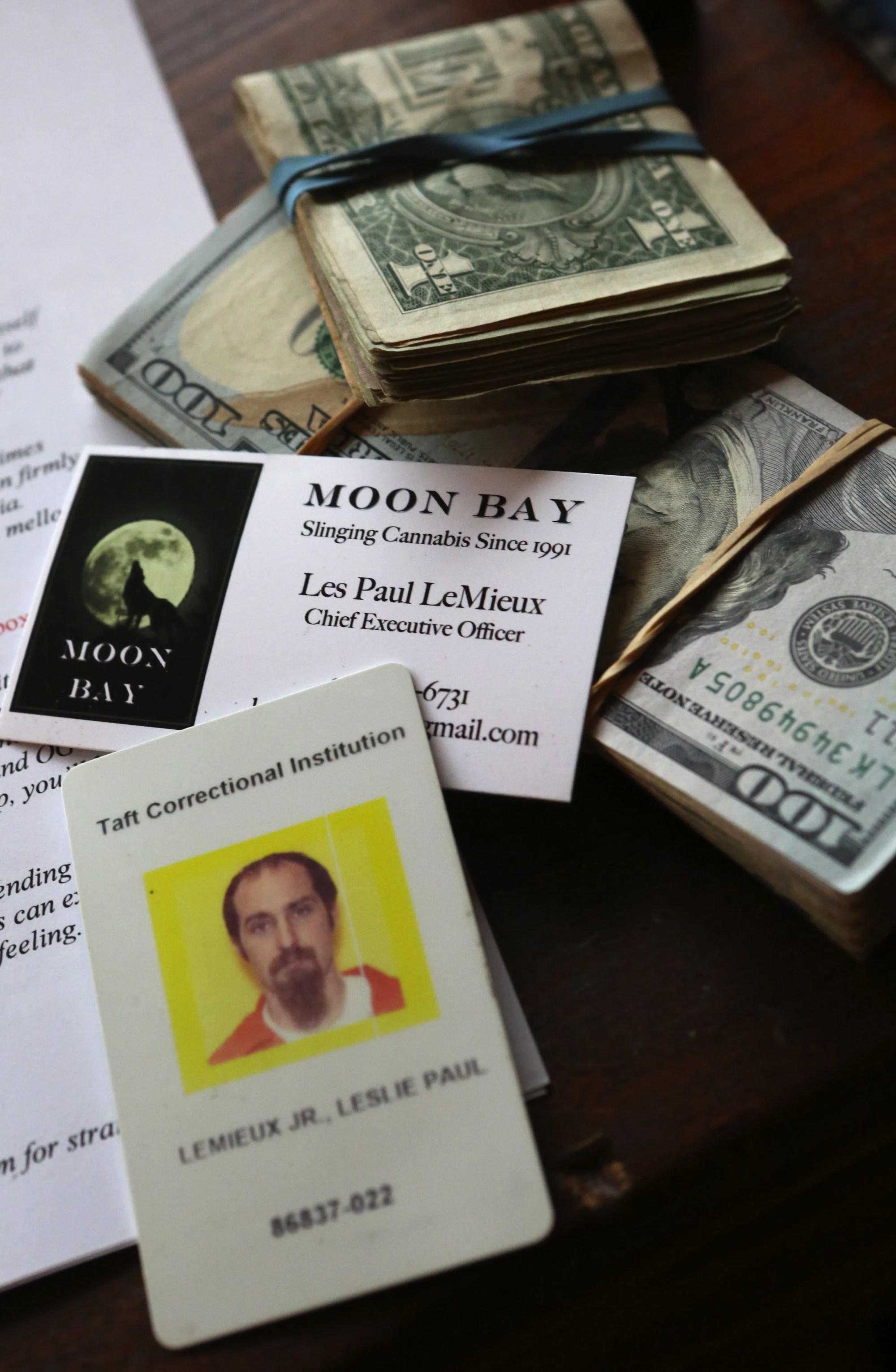 hight resolution of les lemieux still has his federal prison id along with business cards and cash to