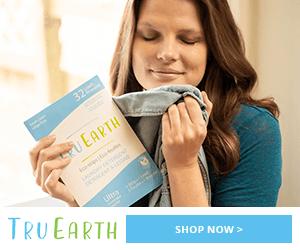 Chemise à odeur de femme et tenant un pack de détergent Tru Earth dépouille nos accessoires de voyage