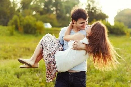 Namorado carrega namorada no colo