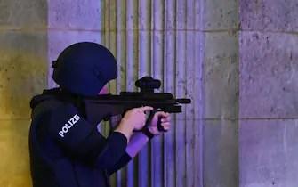"""Un policier armé gardes le passage de l'opéra d'état dans le centre de Vienne le 2 novembre 2020, à la suite d'une fusillade près d'une synagogue. - Plusieurs coups de feu ont été tirés dans le centre de Vienne, lundi soir, selon la police, avec l'emplacement de l'incident, à proximité d'une grande synagogue. La Police a exhorté les habitants à tenir à l'écart de tous les lieux publics ou les transports publics. Un attaquant était """"mort"""" et une autre """"on the run"""", avec un agent de police est gravement blessé, d'Autriche, du ministère de l'intérieur a déclaré, selon l'agence de presse APA. (Photo Joe Klamar / AFP) (Photo JOE KLAMAR/AFP via Getty Images)"""