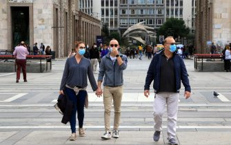 People walk through the streets of the center with their faces covered by masks, Milan, 1 October 2020. Antibodies against the SarsCoV2 virus begin to decrease three months after the onset of Covid-19 symptoms: for this reason the plasma to be used as therapy in the most serious patients should be collected within a specific time window, as indicated by a Canadian study conducted by researchers from the Héma-Québec blood center.  The results, published in the journal Blood, could also have important implications for the coverage offered by vaccines and for the timing with which serological tests must be conducted to know the spread of the coronavirus in the population.  ANSA / PAOLO SALMOIRAGO
