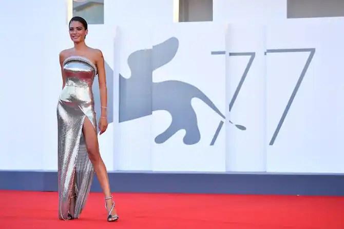 Venezia 2020, Elodie conquista il red carpet del Lido   Sky TG24