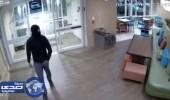 بالفيديو.. مٌلثم يحاول اغتصاب موظفة بفندق
