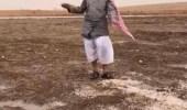 فيديو طريف لمواطن يصف كثرة البرد المتساقط على الرياض
