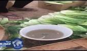 بالصور.. عامل يدعس الخضروات بقدميه قبل بيعها للمحال التجارية