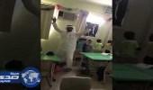 بالفيديو.. معلم يشرح للطلاب بالرقص على الأناشيد التعليمية