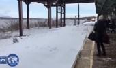 بالفيديو والصور..قطار يقذف المسافرين بالثلج بمحطة نيويورك