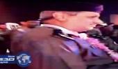 """بالفيديو.. رجل أمن يقبل رأس """"  مسنة  """" بالطائف"""
