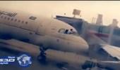 بالفيديو.. طيار ينظف زجاج الطائرة الأمامي من أثار الغبار