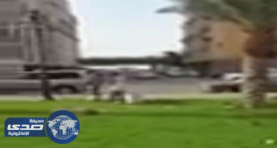 بالفيديو: رغم إجازتهم فلبينيان ينظفان حديقة بجده