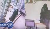 بالفيديو .. لص في زي نسائي يسطو بسلاح ناري على صيدلية بمكة