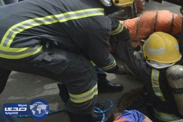 بالصور.. وفاة عامل اختناقاً و انقاذ آخر سقط في خزان صرف صحي بجدة