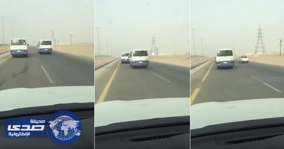 بالفيديو.. سباق جنوني بين حافلتين لطالبات جامعة الأمير سطام
