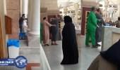 زائرات الحرم النبوي توثقن لحظة القبض على الوافد المعتل بعد تهجمه عليهن