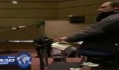 فيديو صادم ..  كندي متأثر بداعش يمزق المصحف في إجتماع بمدرسة