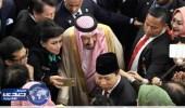 """بالفيديو.. أعضاء البرلمان الإندونيسي يلتقطون """"  سيلفي  """" مع خادم الحرمين"""