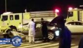 بالفيديو..انشطار مركبة إلى نصفين بعد ارتطامها بعمود إنارة في الدمام