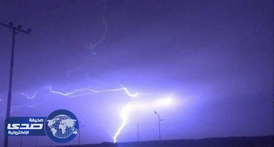 بالفيديو والصور.. البرق يزين سماء محافظة طريف شمال المملكة