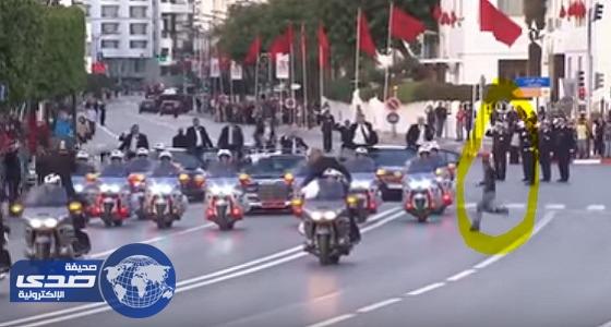 بالفيديو.. عشريني يقتحم موكب ملكي المغرب والأردن والحراس يطاردونه