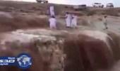 بالفيديو.. سقوط مواطن بمجرى السيول في مدينة المجمعة
