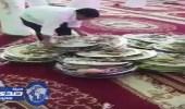 بالفيديو .. عمالة يجمعون الرز واللحم استعداداً لرميه في القمامة