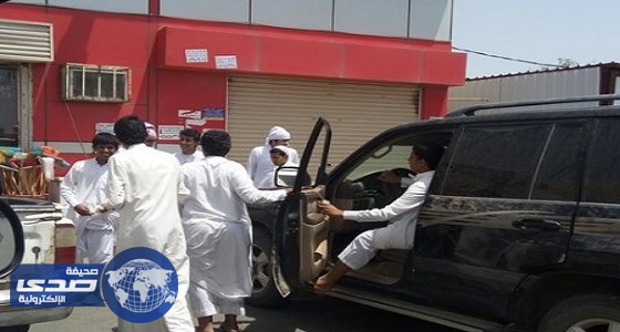 """نجاة أحد المارة من """" متهوِّر """" ارتطمت سيارته بمتجر في محايل عسير"""