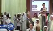 بالفيديو.. معلمون يلتقطون صورا تذكارية مع طالب فقد والده