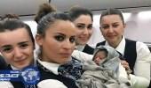 بالفيديو .. مضيفات تركيات تساعدن سيدة على الولادة في الجو