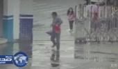 بالفيديو.. لص يسرق حقيبة فتاة ويهرب بها داخل مخفر الشرطة.. ونشطاء: أغبي لص