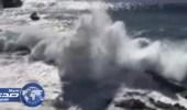 بالفيديو.. موجة ضخمة تبتلع عجوز وشاب  في تينيريفي