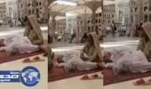 بالفيديو.. آسيوية تدلك زوجها المسن بالحرم النبوي