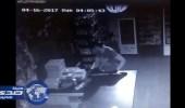بالفيديو.. لص يقتحم بقالة بجدة ليسرق «شوكولاتة»
