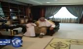 أمير جازان يداعب نجل الشيخ الجماز ويحقق رغبته