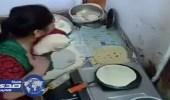 بالفيديو.. خادمة تسرق الخبز وتخفيه أسفل ملابسها