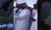 بالفيديو .. مواطن يعتق رقبة قاتل اثنين من أبنائه بخميس مشيط
