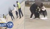 بالفيديو.. مصارعة حرة بين زوجين تؤخر إقلاع طائرة بالصين