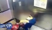 بالفيديو .. مراهقة تتخلص من طفلتها حديثة الولادة بإلقاءها بالقمامة