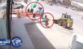بالفيديو.. نجاة عامل في محطة للوقود من الموت بأعجوبة