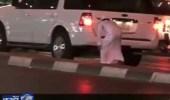 بالفيديو .. مواطن يواجه متسول كشف حيلته البارعة في إستعطاف قلوب المارة