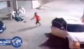 بالفيديو.. 4 أشخاص يعتدون على رجل بشكل مهين في الرياض